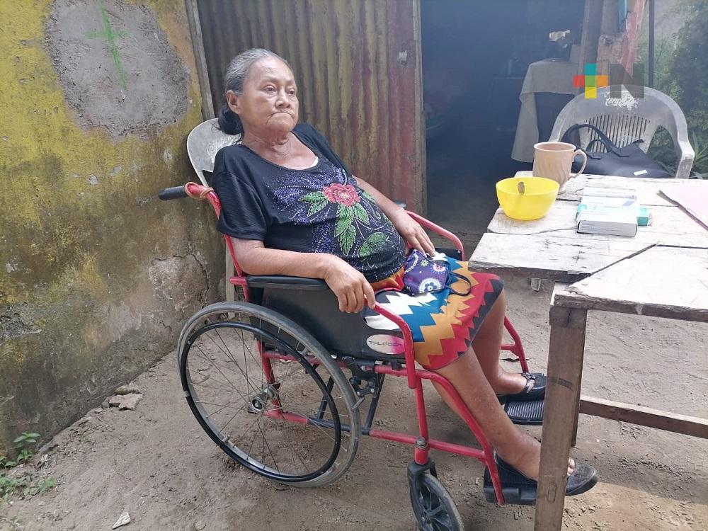 Por su enfermedad, anciana solicita apoyo para una silla de ruedas, en Coatzacoalcos