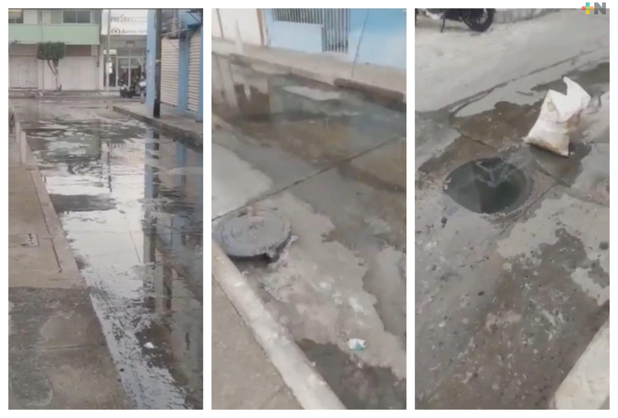 Reportan fuga de aguas negras en centro de Alvarado