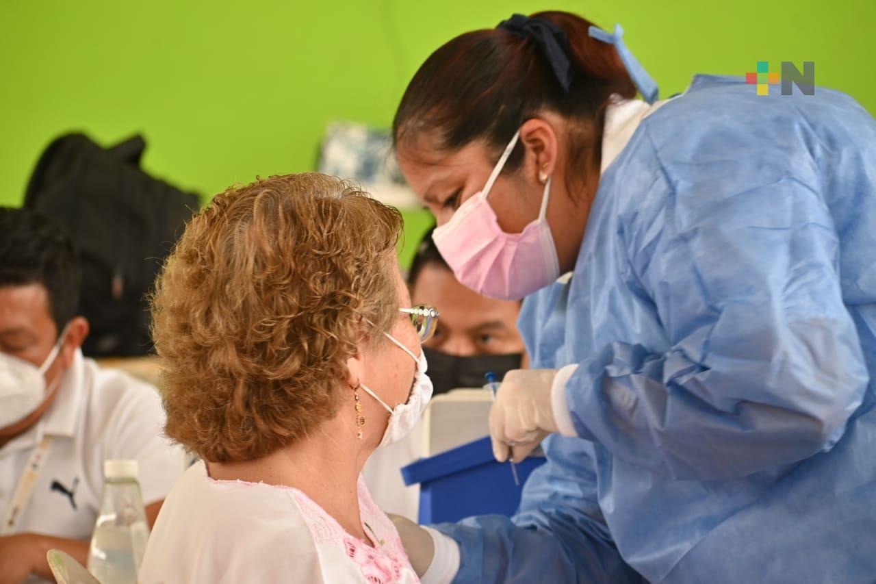 Con éxito sigue la vacunación de adultos mayores en Ixhuatlán