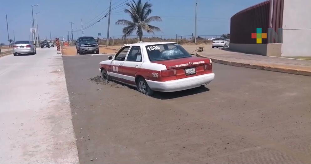 Taxi se hunde en calle recién rehabilitada de Coatzacoalcos