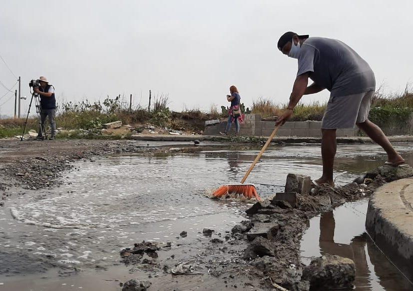 Vladimir tapa baches como autoempleo en puerto de Veracruz