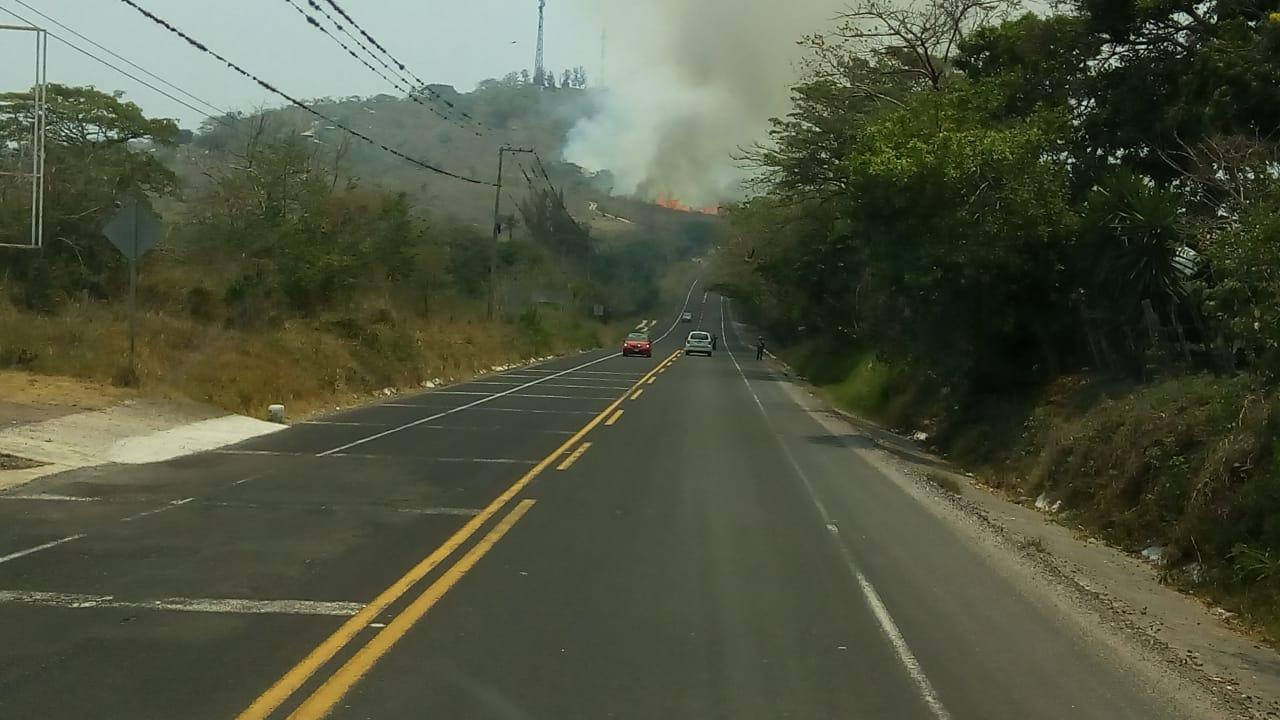 Incendio de pastizal a la altura Cerro Gordo, provocó expectación y alerta entre automovilistas