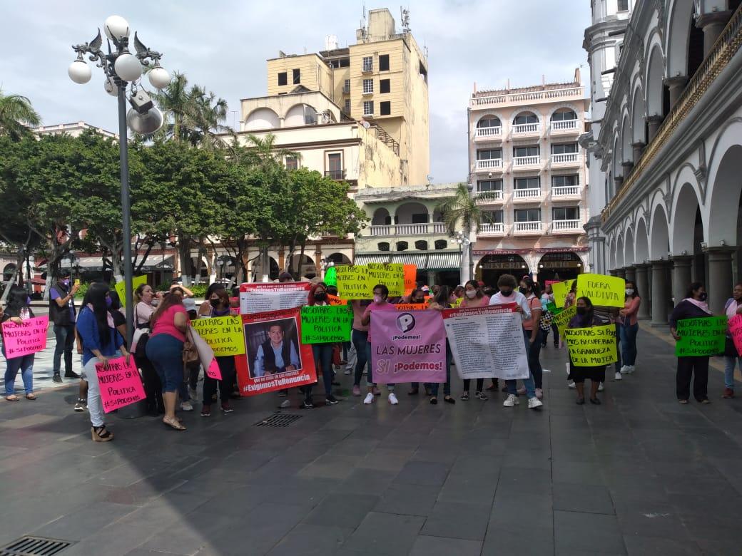Mujeres del partido Podemos se manifestaron contra regidor panista de Veracruz