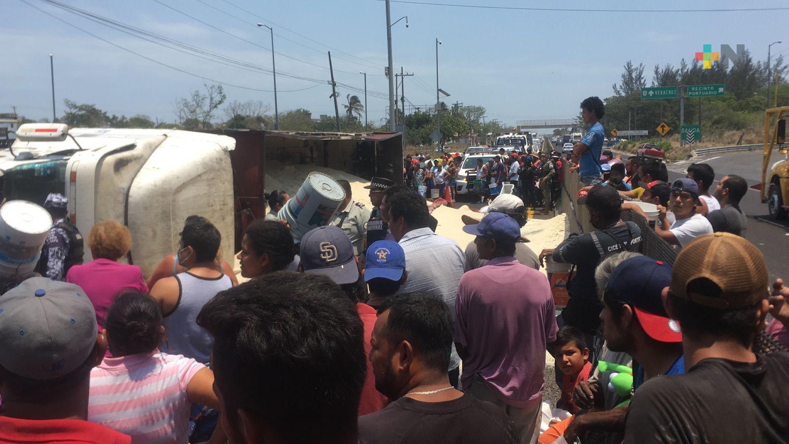 Saquearon camión volcado que transportaba azúcar en carretera Veracruz-Cardel