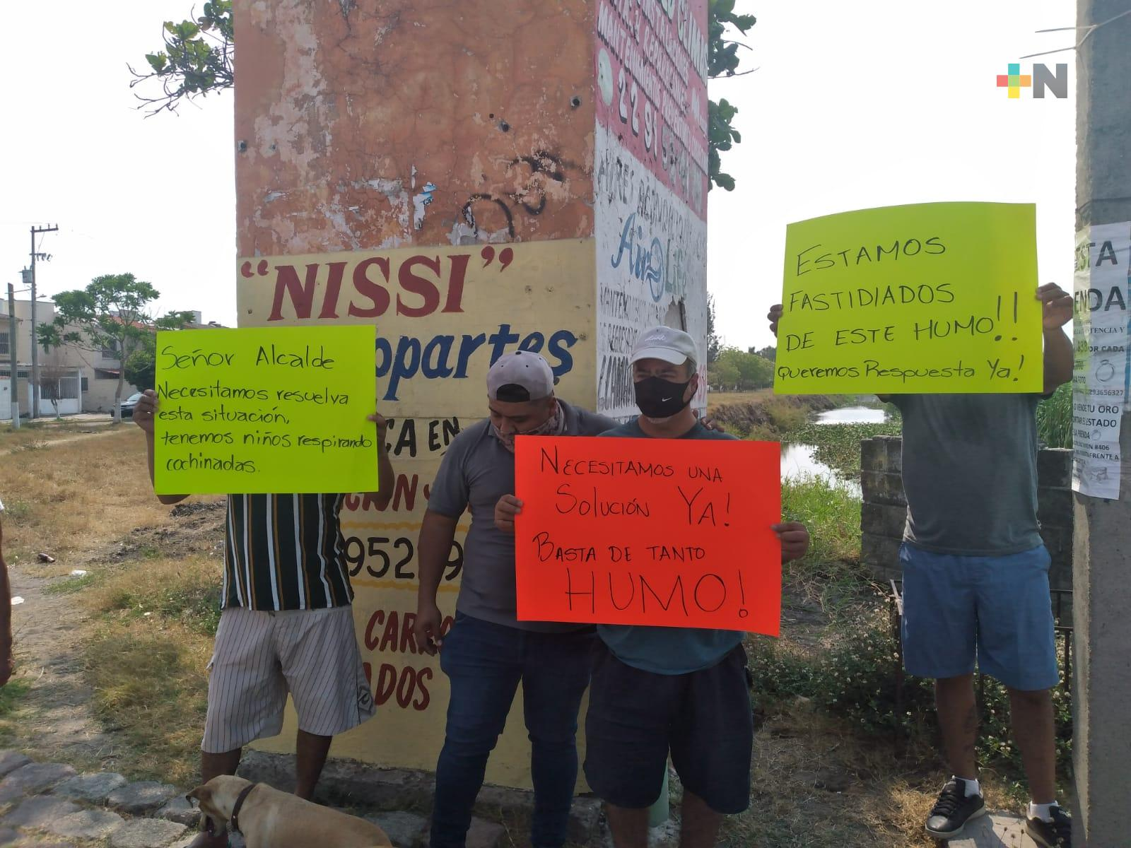 Manifestantes piden a las autoridades sofocar incendio de Tembladeras, en Veracruz