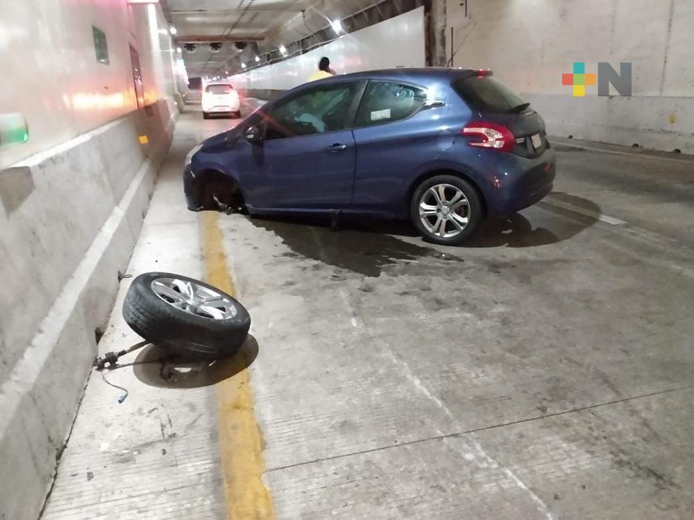 Automóvil se impactó contra pared del túnel sumergido de Coatzacoalcos