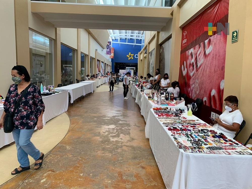 Para reactivar economía local, emprendedores realizan exposición de productos en plaza de Coatzacoalcos