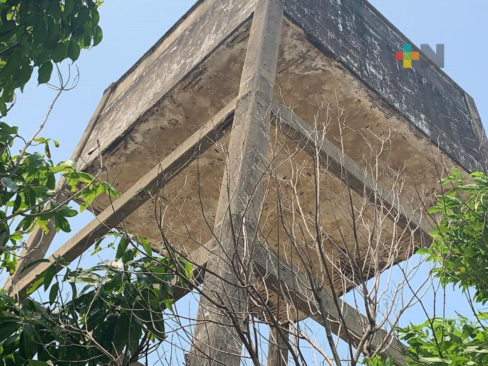 Vecinos de colonia de Coatzacoalcos piden demolición de tanque de agua abandonado por riesgo de colapso