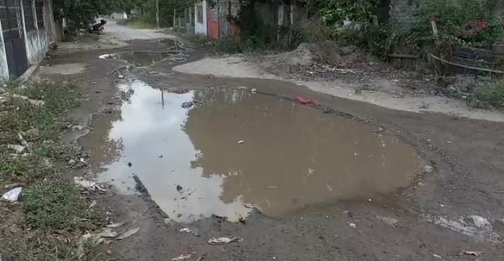 Reportan fuga de agua en la colonia Lirios de Medellín de Bravo