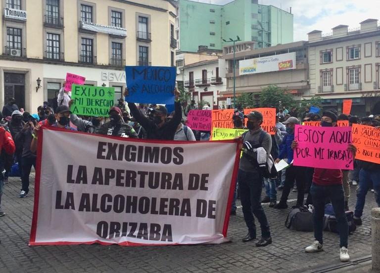 Trabajadores de alcoholera de Orizaba, se manifestaron en la capital de Veracruz