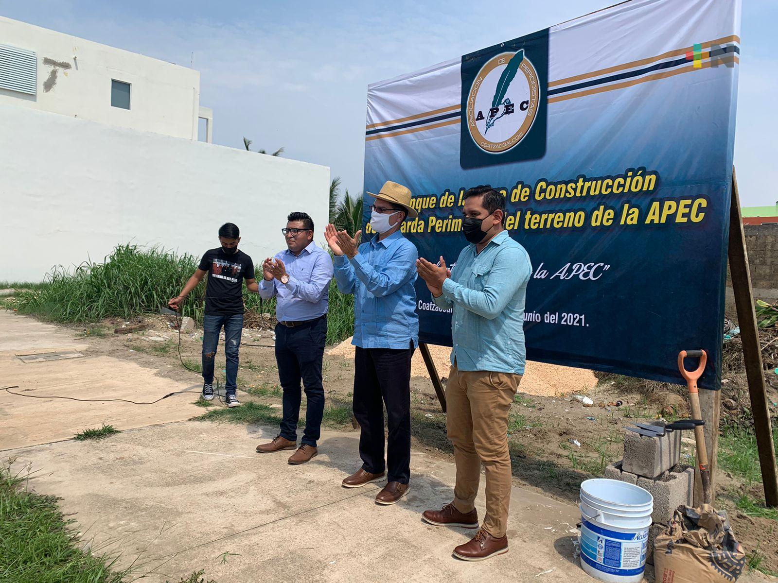 Colocan primera piedra de barda perimetral donde se construirá edificio de Asociación de Periodistas de Coatzacoalcos