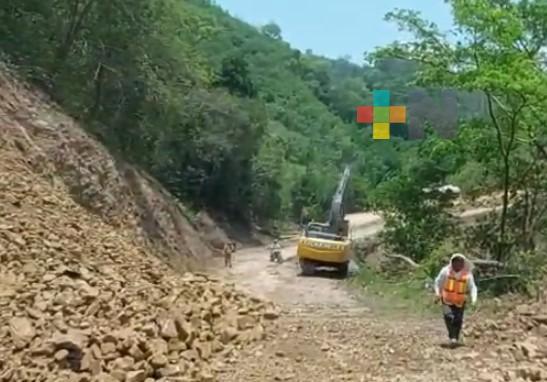 En Ilamatlán, continúa pavimentación de su carretera