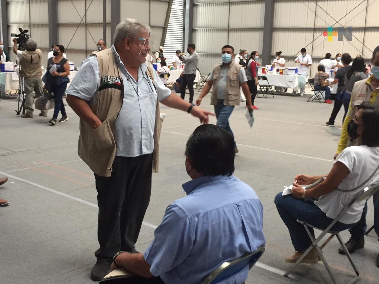 El delegado Manuel Huerta recorrió módulos de aplicación de segundas dosis de vacuna anticovid en Xalapa