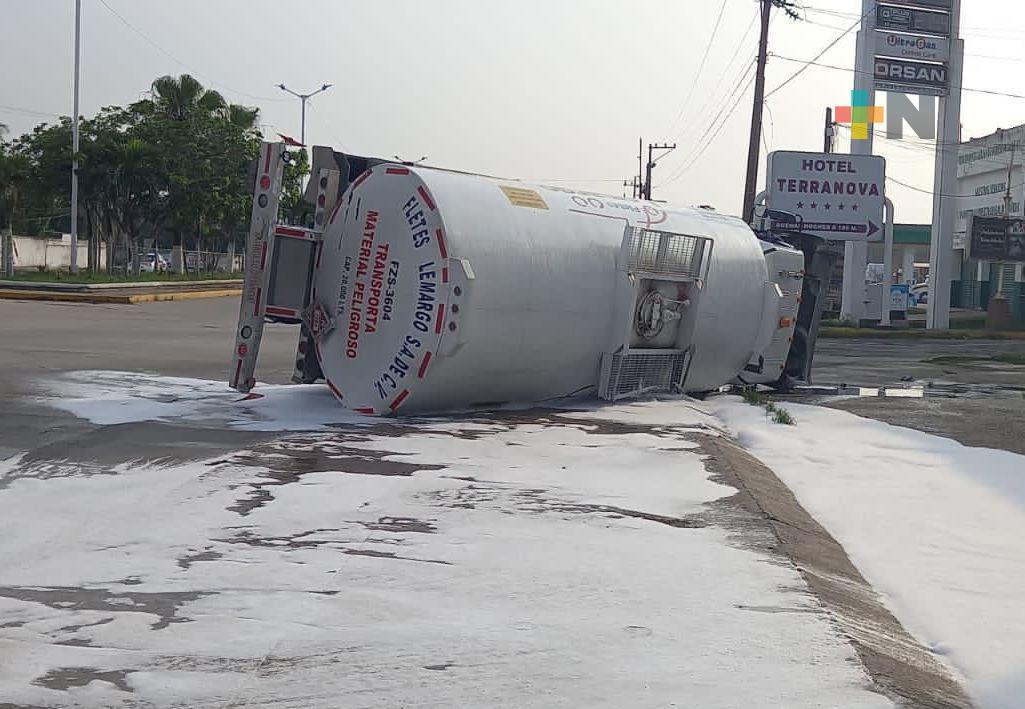 Pipa con 20 mil litros de gasolina volcó este domingo sobre la carretera Transístmica