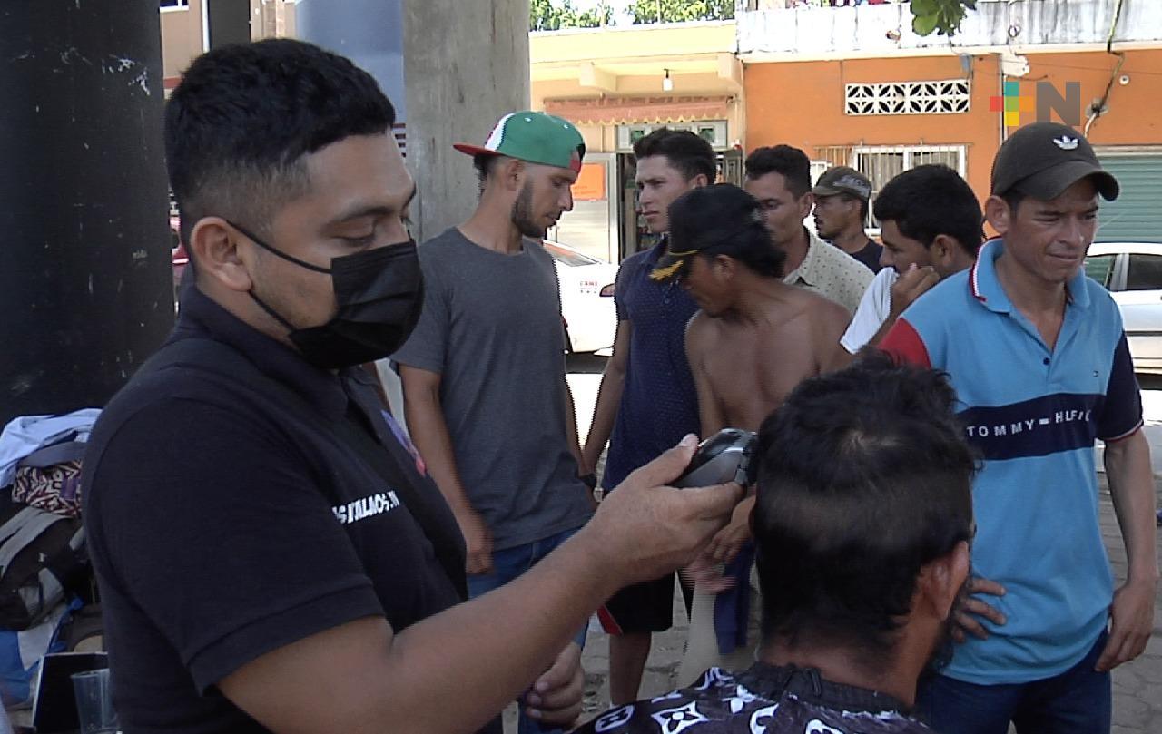 Regalaron cortes de cabello a migrantes varados en Coatzacoalcos