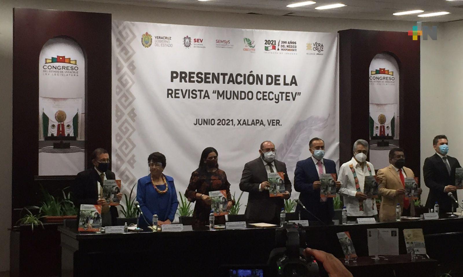 """Presentaron la revista educativa """"Mundo CECyTEV"""" en el Congreso del Estado"""