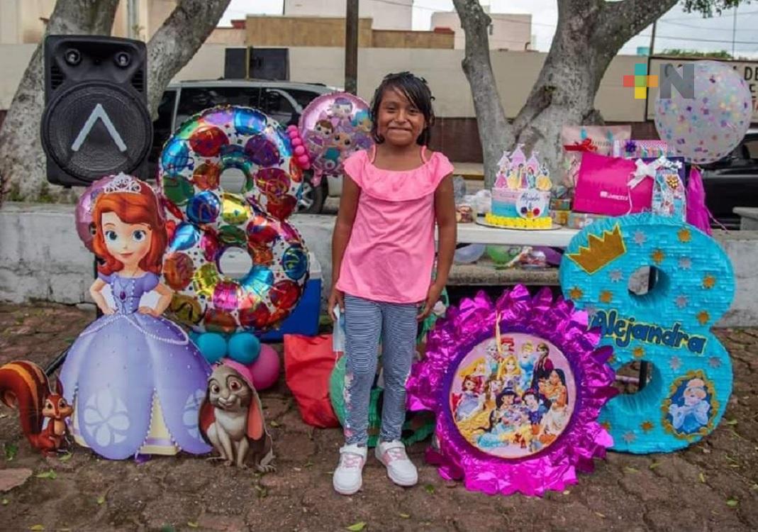 Ciudadanos y comerciantes festejan primer cumpleaños de hija de limpiaparabrisas, en Coatzacoalcos