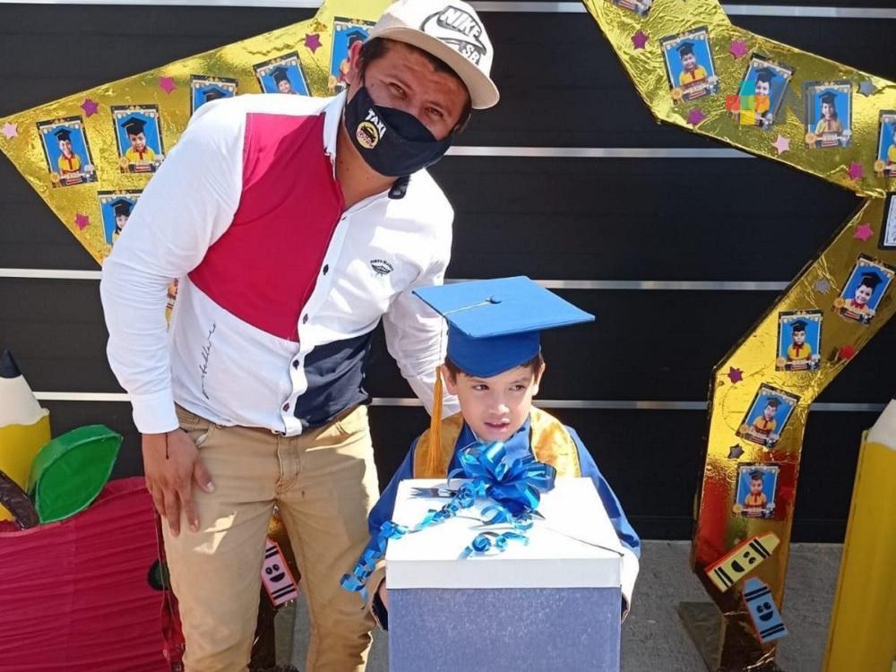 En Coatzacoalcos, grupo de automovilistas celebró con caravana primera graduación de niño que no tenía auto