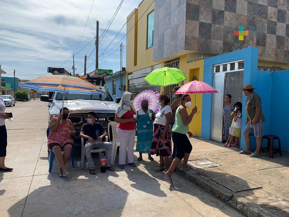 Vecinos de colonia de Coatzacoalcos retienen camioneta de CFE, exigen resuelvan problema de energía eléctrica