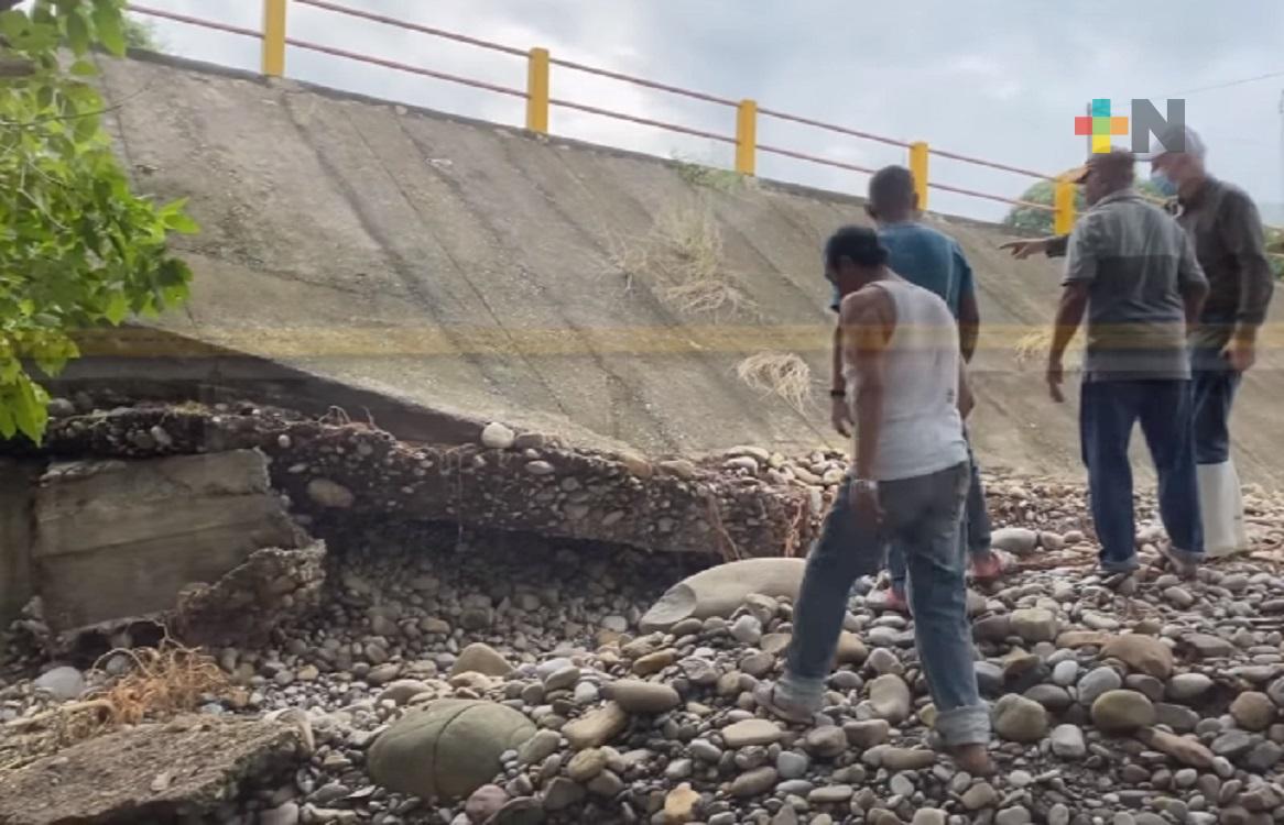 Se forma socavón en puente que da acceso a localidad de Álamo Temapache
