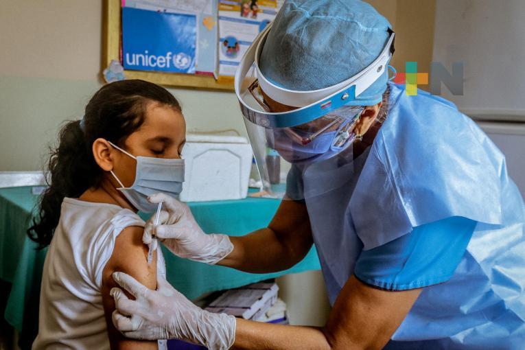 Vacunación de infantes y adolescentes podría mitigar brote de Covid-19: especialista