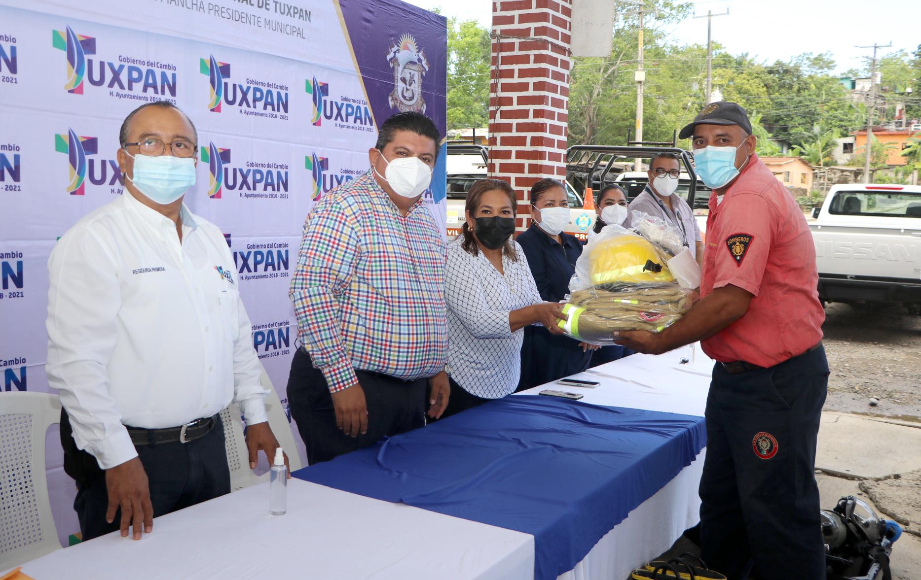 Reconocen a elementos de Bomberos y Protección Civil en Tuxpan