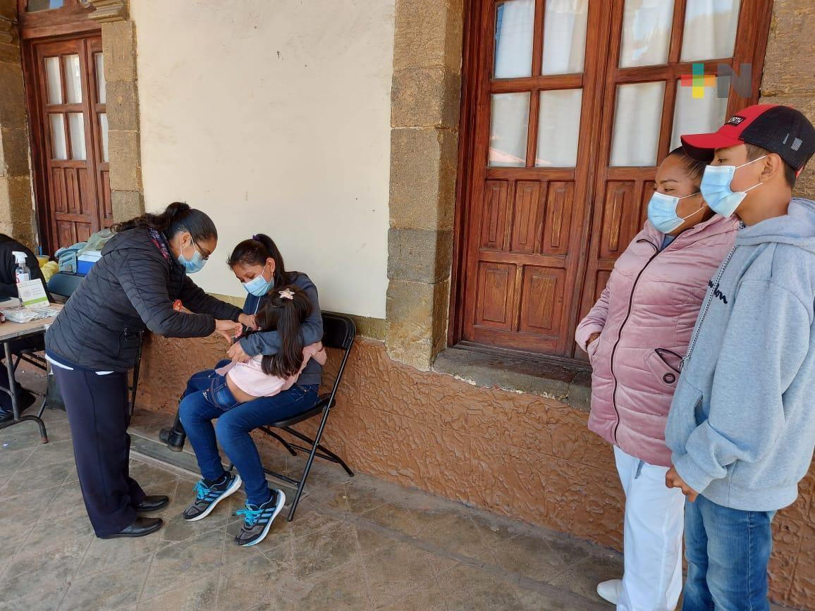 Secretaría de Salud lleva a cabo esquema de vacunación infantil en Huayacocotla
