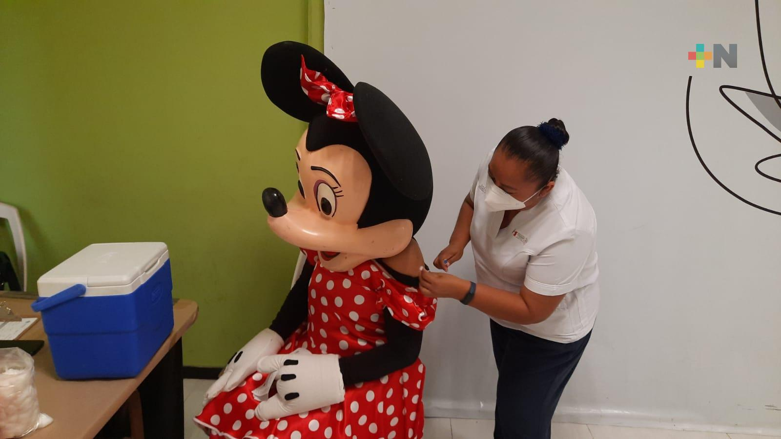 Minnie Mouse se vacuna contra el COVID-19 en Nanchital