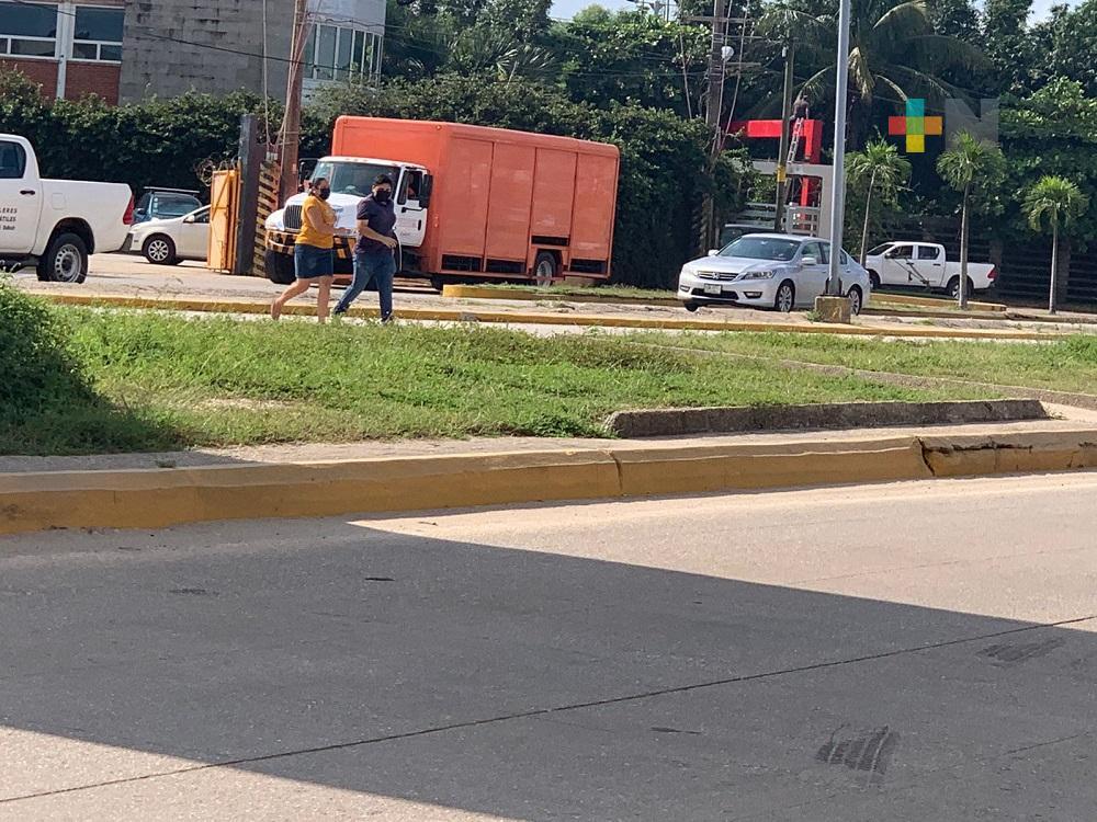 Sin utilizar puentes peatonales, coatzacoalqueños continúan toreando los carros