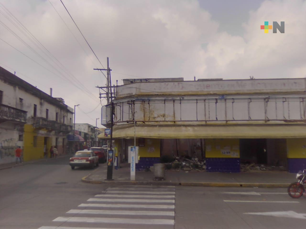 Local en ruinas provoca temor a transeúntes del puerto de Veracruz; piden mayor vigilancia
