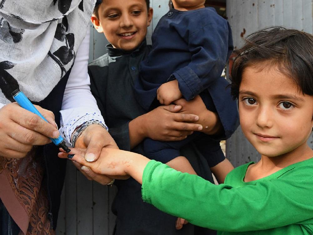 OMS y UNICEF celebran que talibanes permitan reanudar vacunación contra la polio en Afganistán