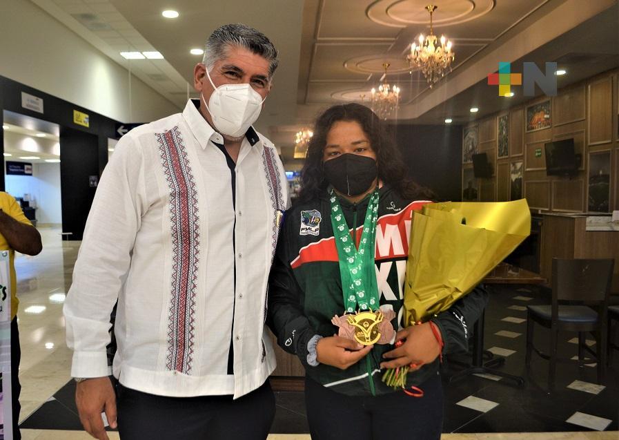 Regresó a Veracruz la medallista mundial en halterofilia, Ángeles Cruz