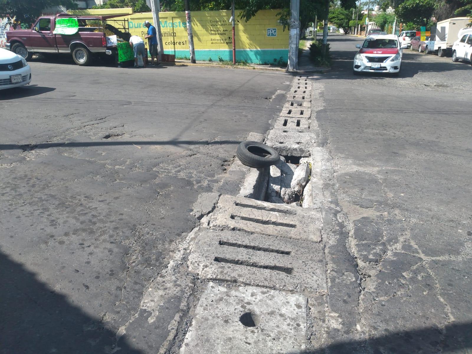 Hasta 5 vehículos al día caen en colector pluvial sin tapa del municipio de Veracruz