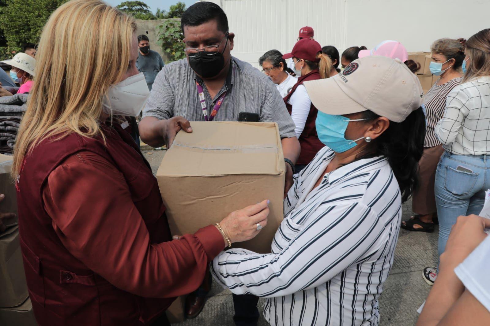 DIF Estatal distribuyó insumos a población afectada por intensas lluvias en Los Tuxtlas