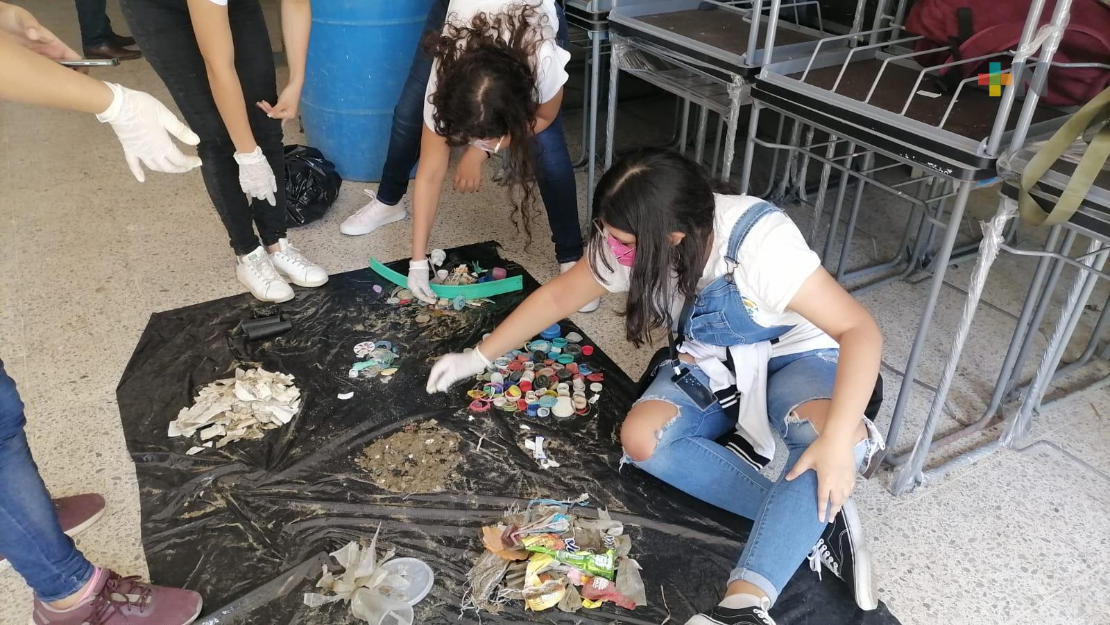 Académicos y estudiantes de la UV realizan muestras de  microplástico en costas de Coatzacoalcos