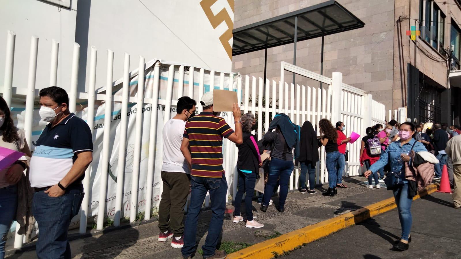 Vacunan a menores en el Centro de Salud «Gastón Melo», en Xalapa