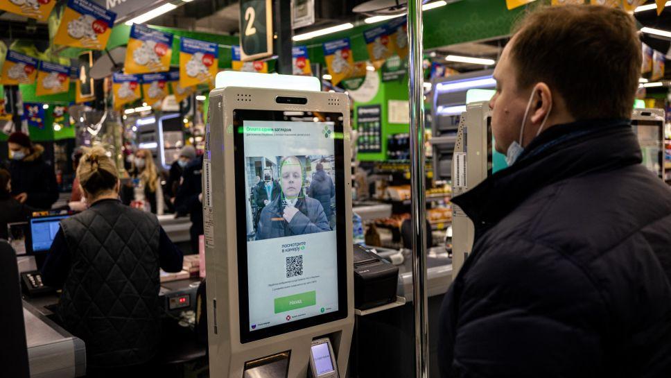 Supermercados en Rusia comienzan a cobrar con 'rostro' de sus clientes