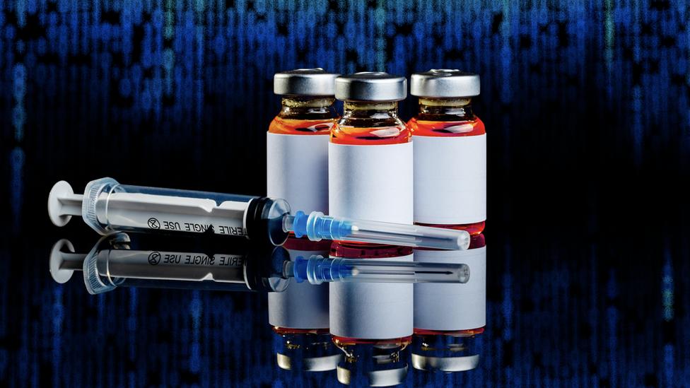 El comercio ilegal de vacunas y pasaportes de vacunación en la red oscura