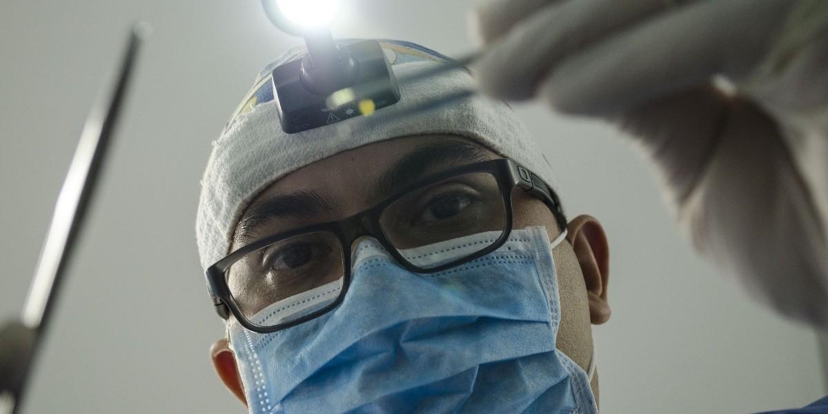Médico se implanta microchips por 'practicidad cotidiana'
